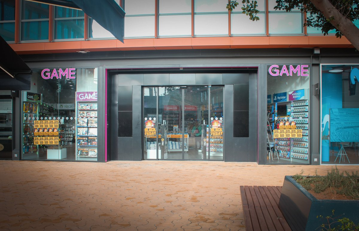 escaparate de tienda locales-centro-comercial-torre-sevilla-cristaleriayaluminios-guzman-3_0