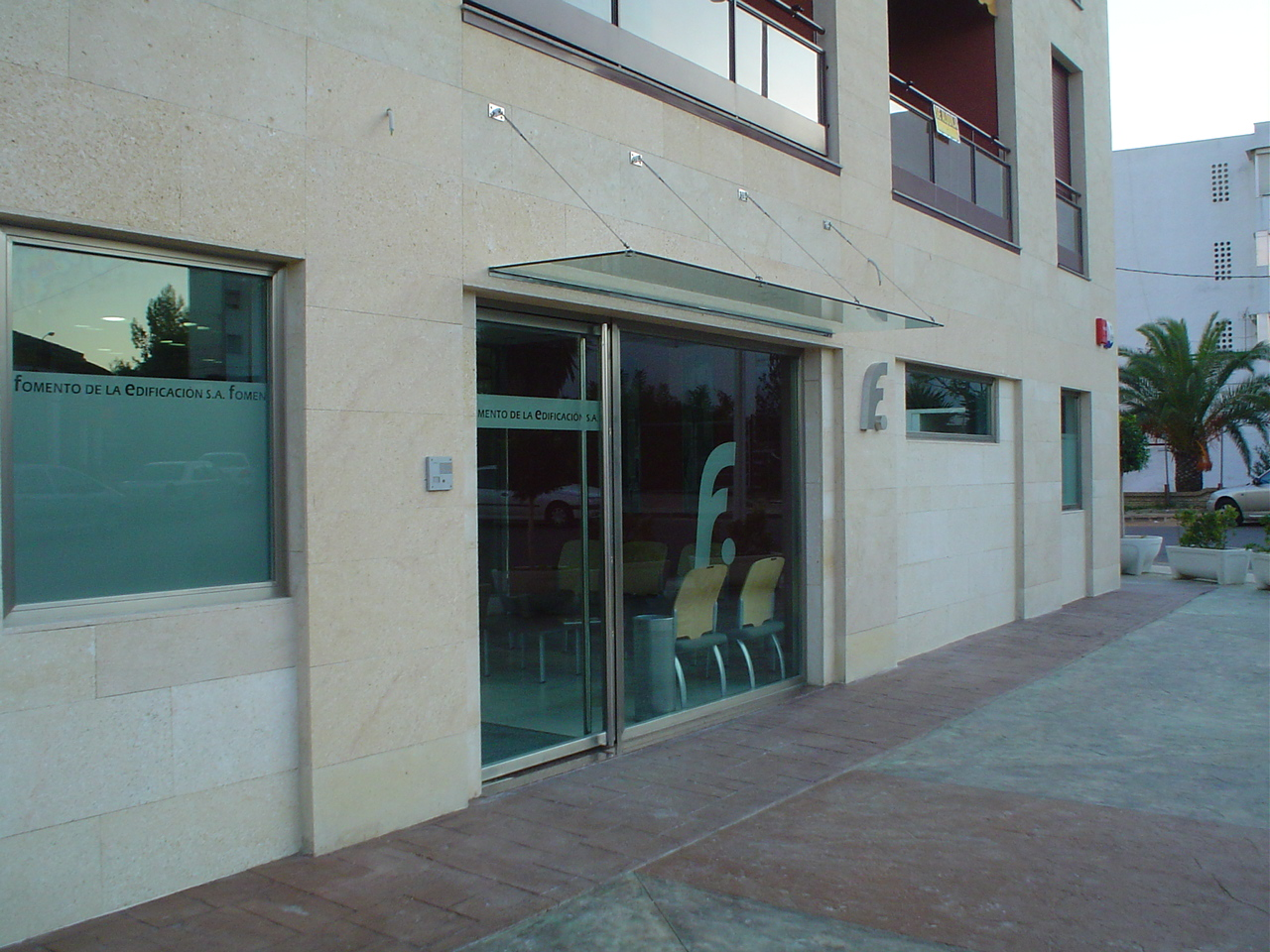 Oficina Formento de la Edificación - Cristalería y Aluminios Guzmán en Sevilla