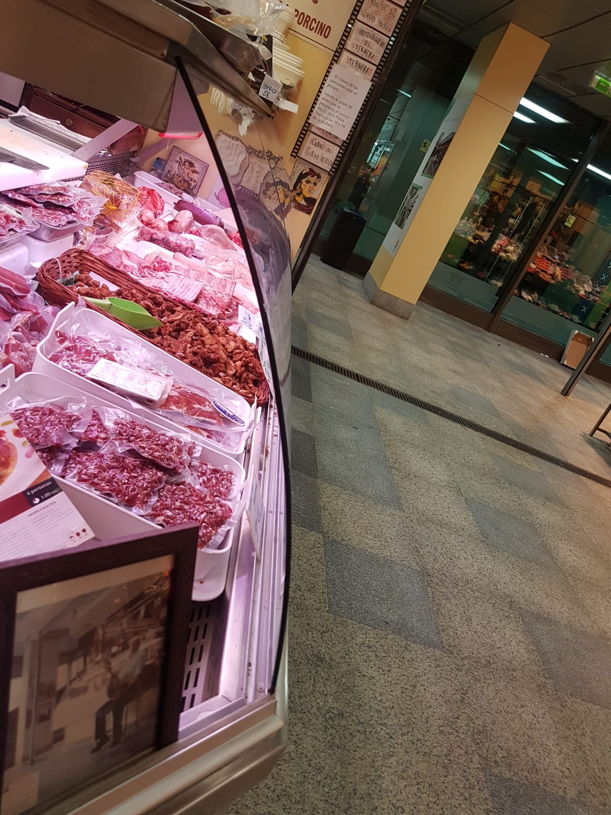 vitrina carnicería Cristalería y Aluminios Guzmán en Sevilla